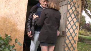 cette salope baise avec un vieux