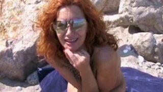 sexe sur la plage avec une bonne rouquine
