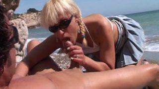 peter le cul d'une blonde à la plage