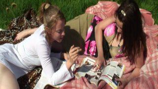 jeunes copines salopes partouzées en plein air