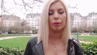 superbe blonde à gros seins nous invite à la baiser chez elle