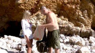 sexe à la plage pour une chaudasse de 44 ans