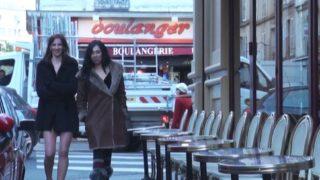 beurette parisienne goute à un premier gangbang avec une amie